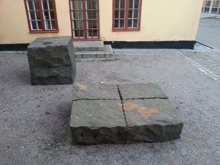 Svart_svensk_granit_-_Ulrich_Rückriem
